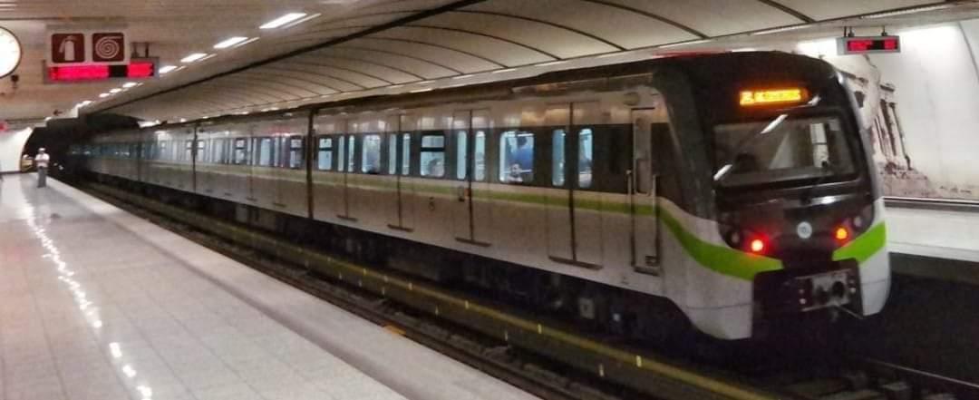 الشرطه اليونانيه تغلق محطه مترو بانبيستنيوس .