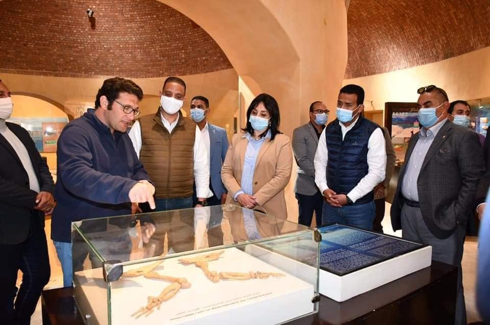 محافظ الفيوم ونائب وزير السياحة يتفقدان متحف الحفريات وتغير المناخ بمحمية وادي الحيتان