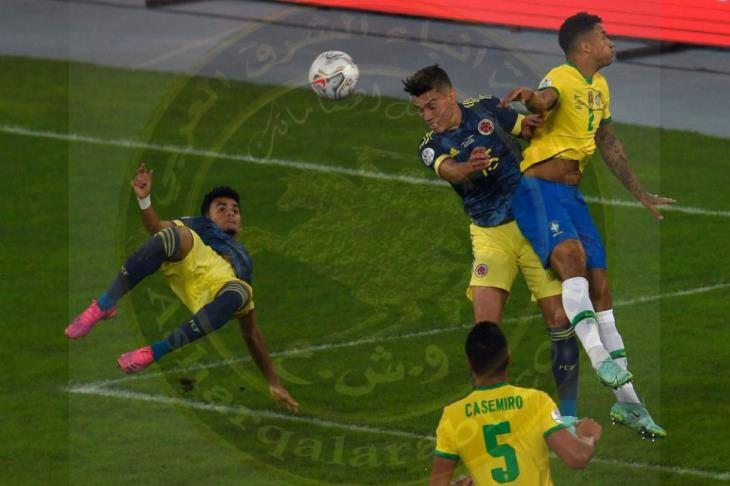 البرازيل تحول تأخرها إلى فوز دراماتيكي على كولومبيا بهدفين لهدف في مباراة مثيرة للجدل