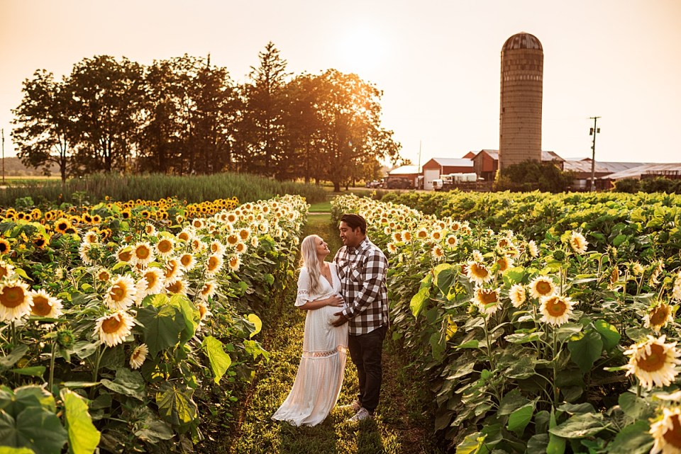 couples photos in a sunflower field