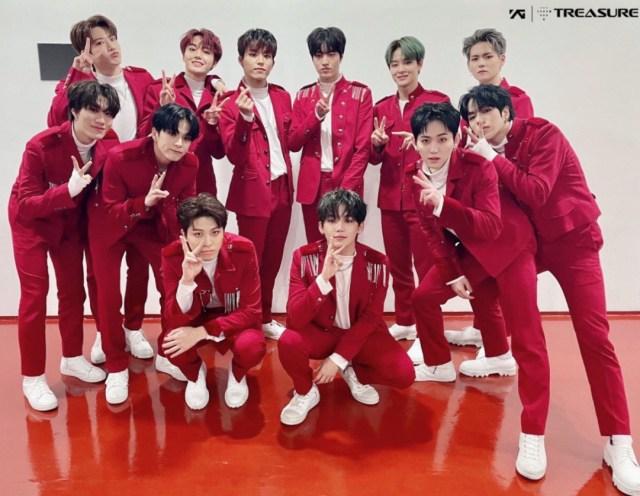 真っ赤なステージ衣装を着たTREASUREメンバー13名