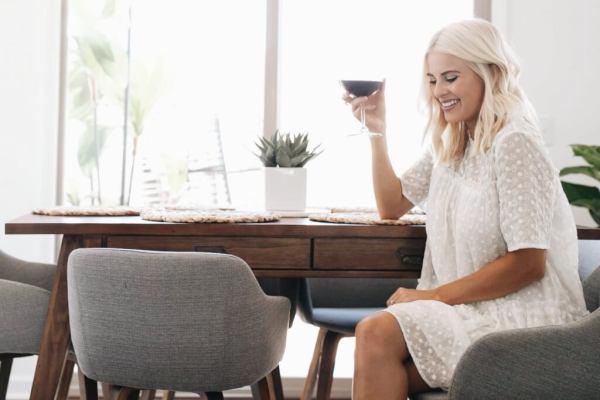 お茶を飲んでいる女性