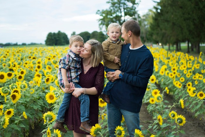 Family-Session-Sunflower-Field-by-Ashley-Lynn-Photography-1025