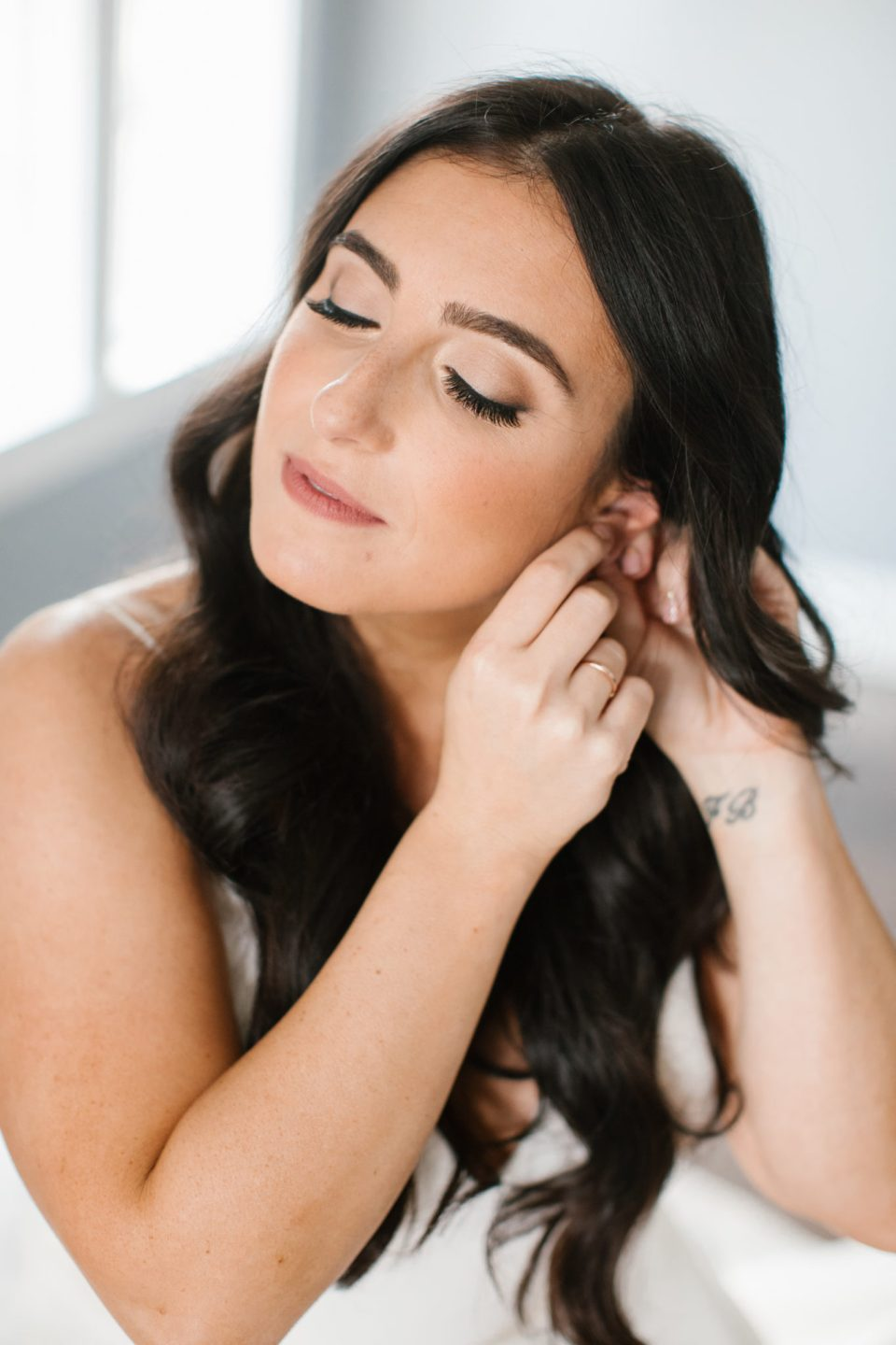 bride prepares for Ryland Inn wedding with Ashley Mac Photographs