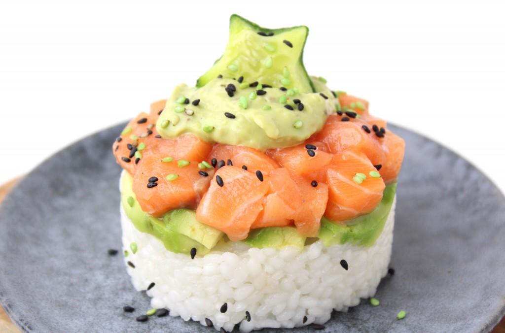 Sushi rijst met avocado en zalm