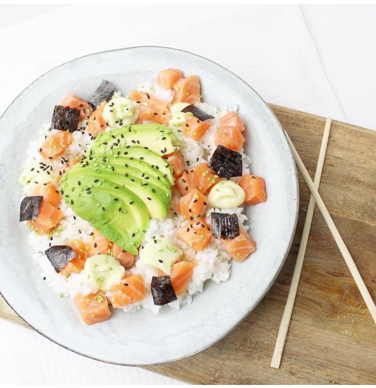 simpele sushi bowl met zalm en avocado