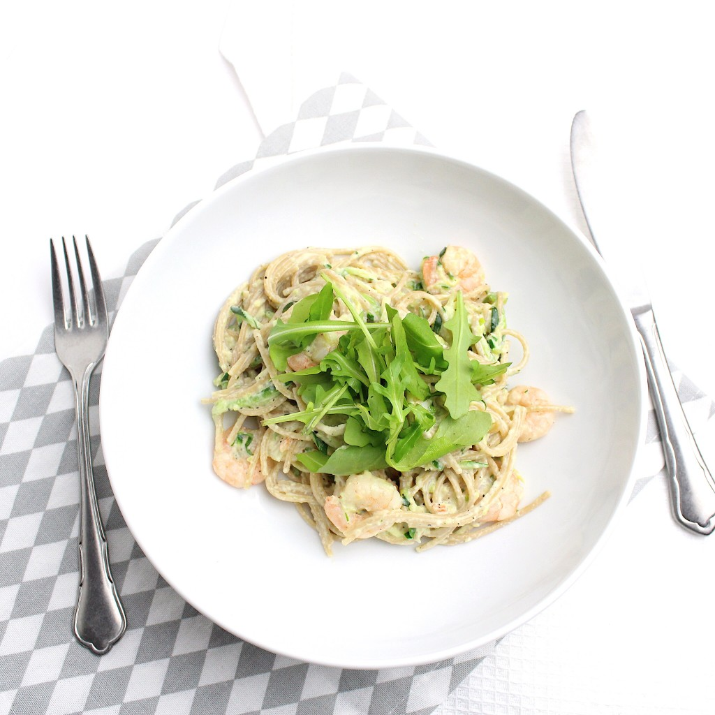 pasta met garnalen en een saus van avocado
