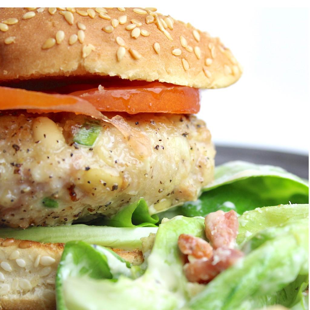 Zelf gemaakte kipburger met caesar salad