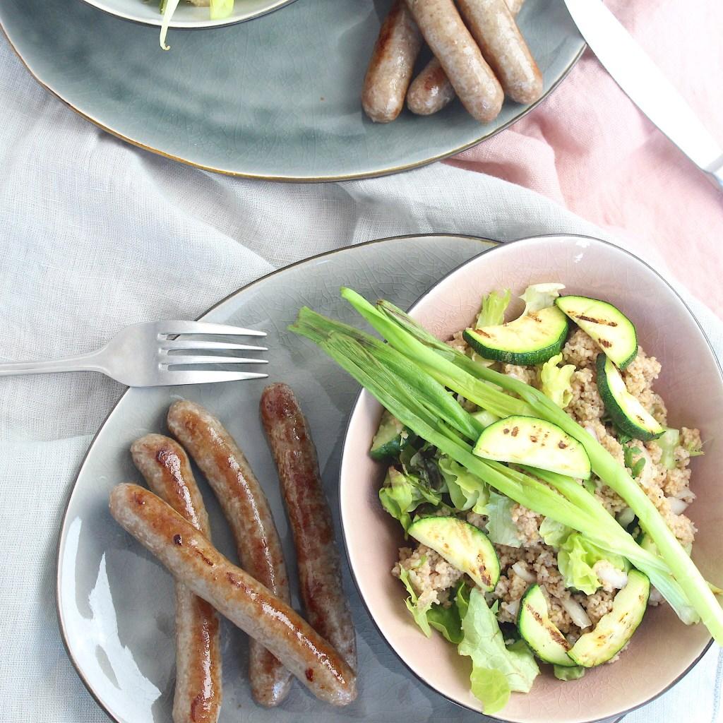 couscous salade met gegrilde courgette, lente ui en lams worstjes