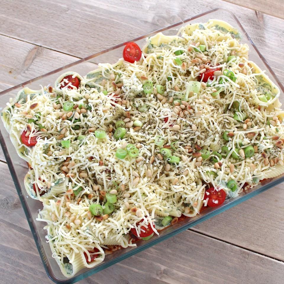 Heerlijke tomatensaus met gevulde pastaschelpen