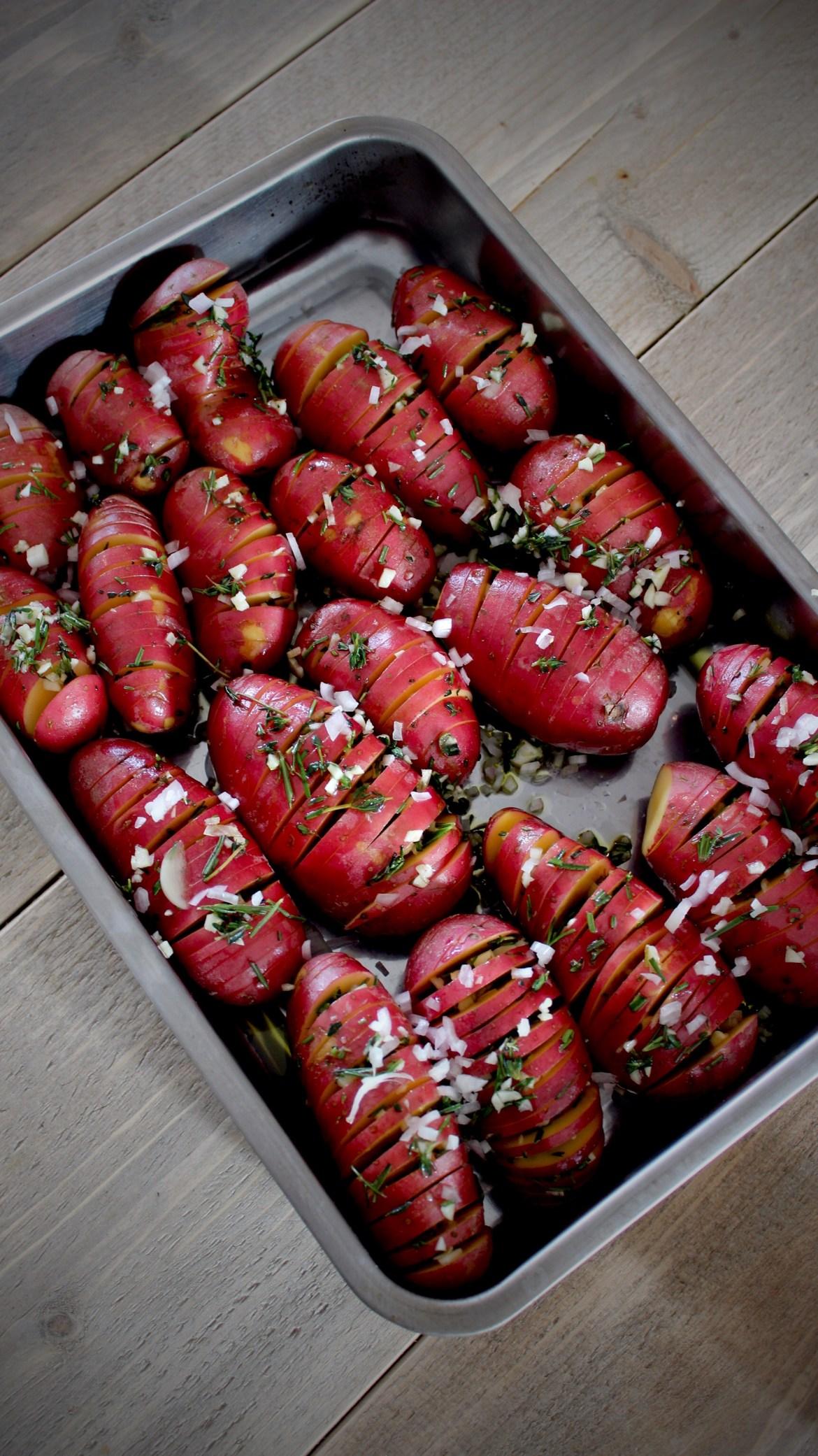 Rosbief met truffeljus, hasselback potatoes en regenboogwortels