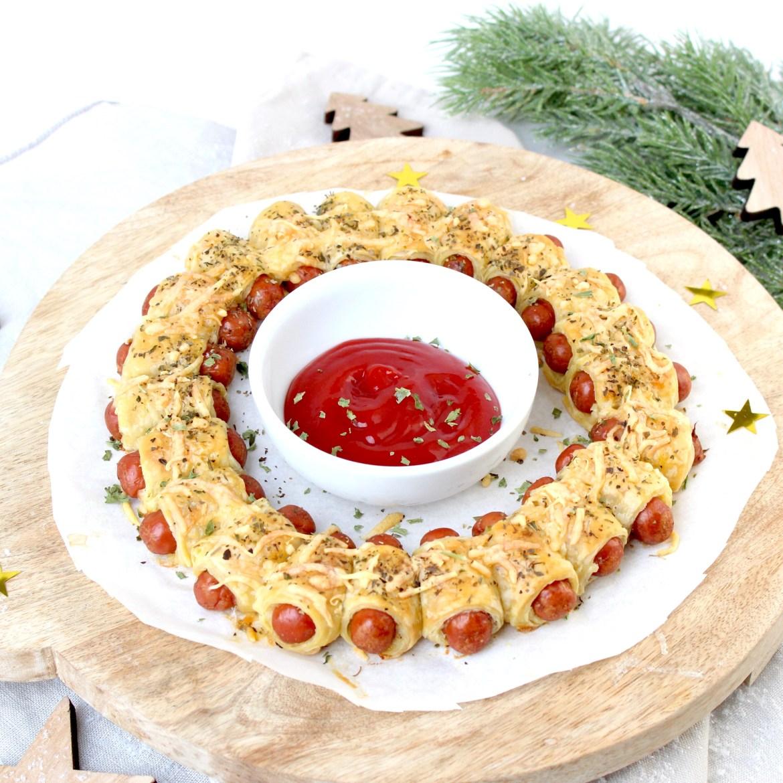 Simpele kerstkrans van knakworstjes met bladerdeeg