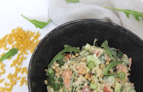 Macaroni salade met warm gerookte zalm