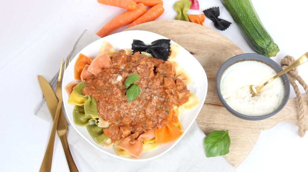 Pastasaus met kip, wortel en courgette uit de slowcooker