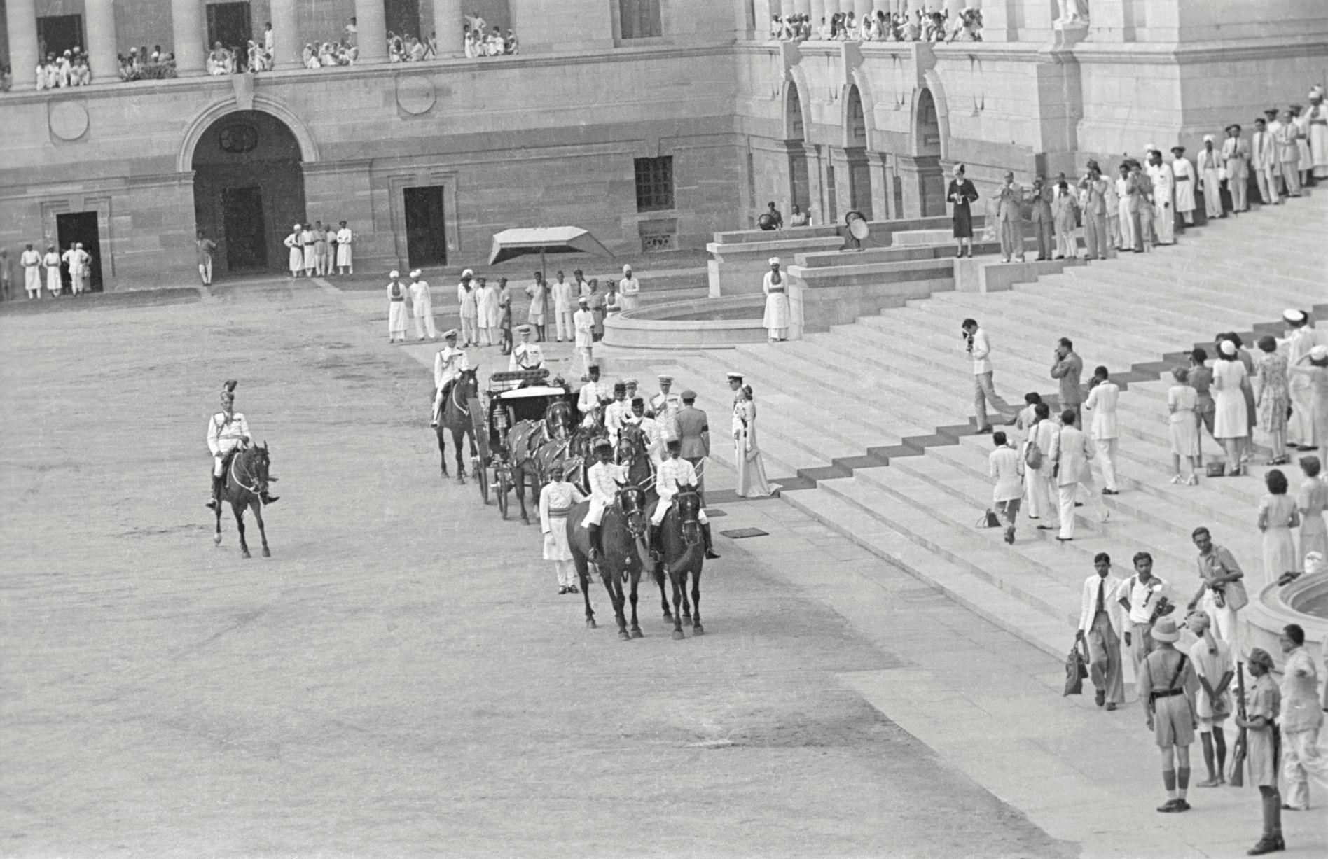 The Mountbattens ceremoniously leaving India, 1947. Photo: Bert Scott.