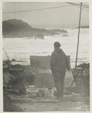 Audrey Walker's photograph Eardley painting facing the sea on the shore at Catterline, 1950s / National Galleries of Scotland
