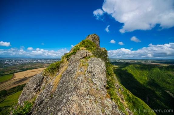 Hiking Trois Mamelles - Narrow Path