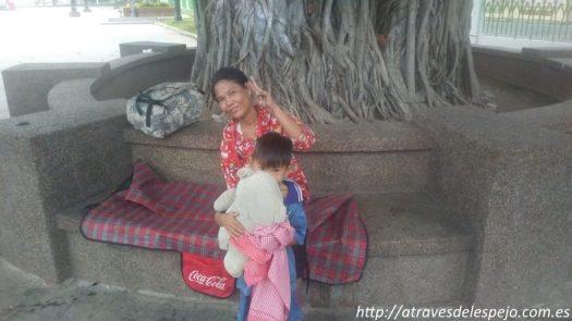 Familia durmiendo en Wat Botum