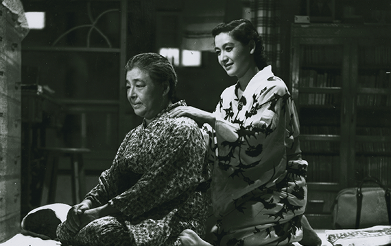 "Scene from ""Tokyo Story"" (1953) where the daughter is massaging her father's back"