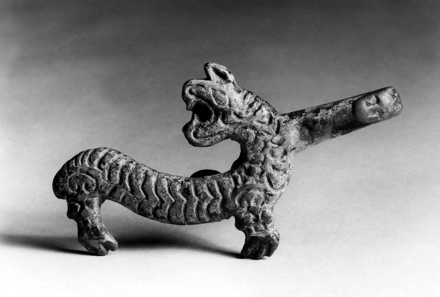 Photo, Bronze garment hook. Eastern Zhou dynasty, 7th–6th century BCE., L: 11.5 cm. (4 1/2 in.) Singer catalogue number: [626].