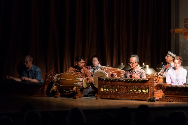 Sumarsam leads the gamelan orchestra. Photo by Hutomo Wicaksono