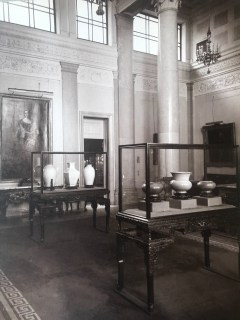 """Black and white photo of installation view, """"Chinese, Corean [sic] and Japanese potteries"""" exhibition, Knoedler & Co., New York, March 2–21, 1914."""