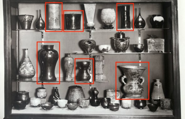 Black and white photograph of a case from the 1914 exhibition. Highlighted in red are some of the Japanese ceramics from Freer's collection.