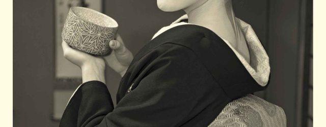Geiko-Fukune-with-her-tea-bowl-Russel-Wong
