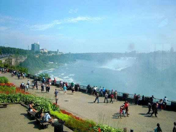 在加拿大這邊看瀑布。這邊視野最好,景色最壯觀。