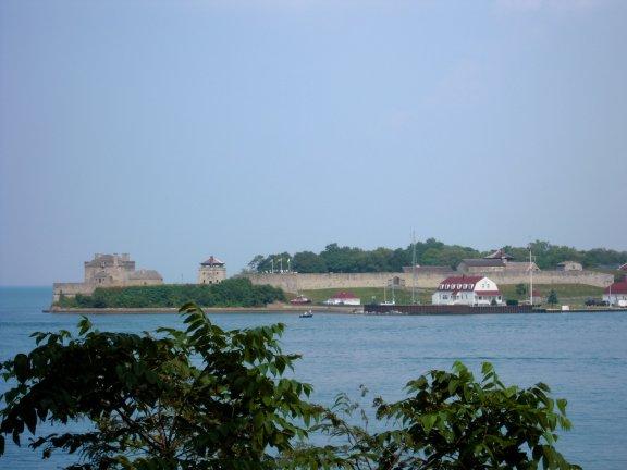 照片上看到的紅瓦建築是美國的海防單位。
