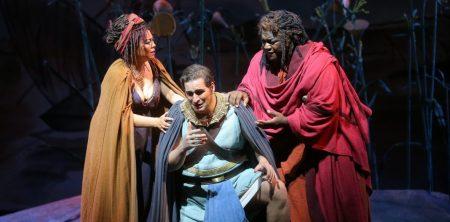 Aida (He Hui) and Amonasro (Reginald Smith, Jr.)  attempting to calm Radamès (Riccardo Massi, center), Act III