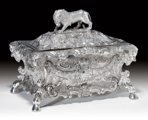 Silver snuff box on wheels with lion knob, late 19th century (MuwenTtang collection)