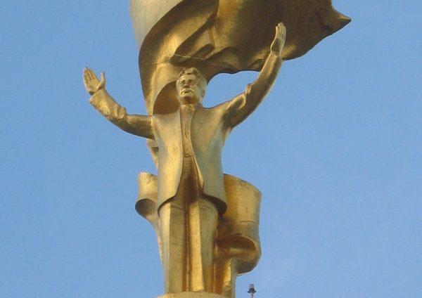 Monument to Saparmurat Niyazov via ( Wikimedia Commons)