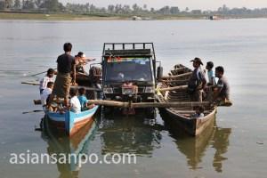 ミャンマーラカイン州ミャウーのフェリー