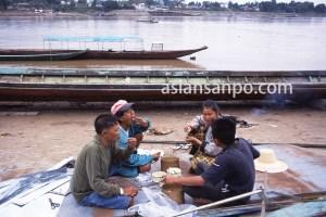 ラオス フエサイのメコン川昼食