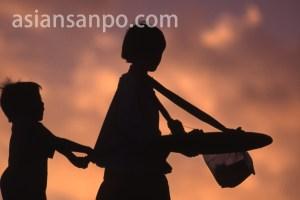 カンボジア プノンペン・夕暮れの物売り