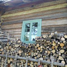 Stara drewniana chata idużo drewna nazimę