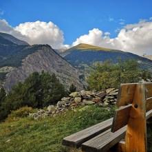 Ławka na punkcie widokowym w Andorze, widok na Pireneje