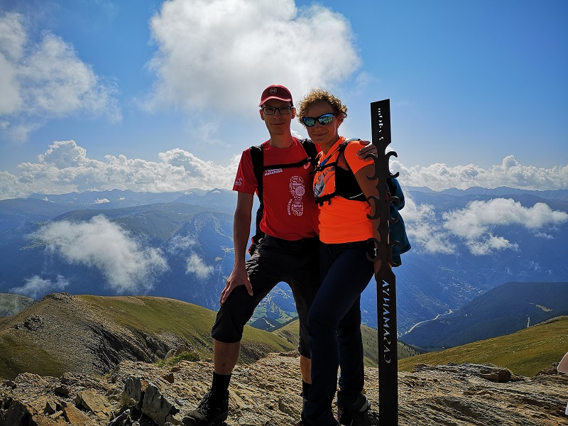 Mężczyzna i kobieta na szczycie Pic de Casamanaya w Andorze, Pireneje
