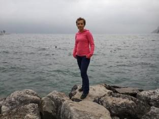 Kobieta nad brzegiem Jeziora Garda, niebo w chmurach