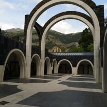 Kamienne łuki w sanktuarium w Andorze