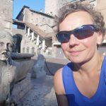 Dziewczyna w niebieskiej sukience Arcteryx w Bergamo