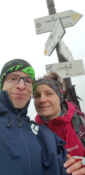 Dwoje turystów na Przełęczy Krzyżne w Tatrach