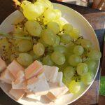 Winogrona i ser na talerzu