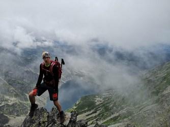 Mężczyzna na skale, w dole Czarny Staw Gąsienicowy w Tatrach