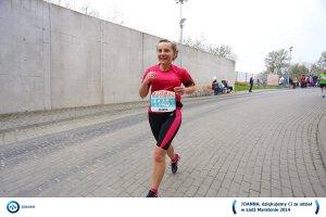 Biegaczka na finishu maratonu w Łodzi