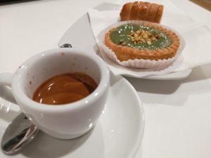 Kawa i ciasteczko - włoskie śniadanie