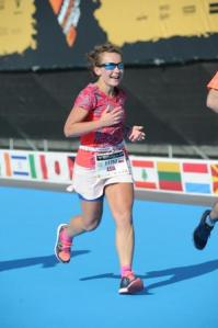 Dziewczyna na niebieskim dywanie na mecie maratonu w Walencji