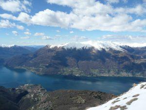 Widok na Jezioro Como i ośnieżone szczyty Alp Bergamskich