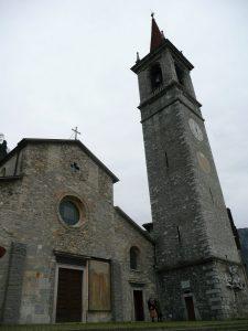 Kościół San Giorgio w centrum Varenny we Włoszch